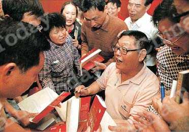 Well-known pioneering stockholder Yang Baiwan at the book signing ceremony for his latest work, in which he shares his broad stock investment experience. Photos by China Foto Press