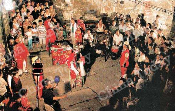 Hongjiang residents enjoy a local Yang Opera performance.