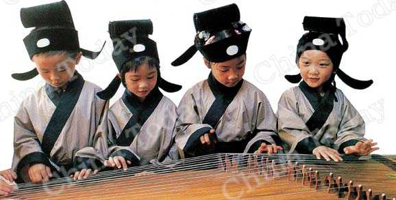 Children in Shenzhen experiencing for themselves how and what their peers studied centuries ago, including this guzheng class. China Foto Press